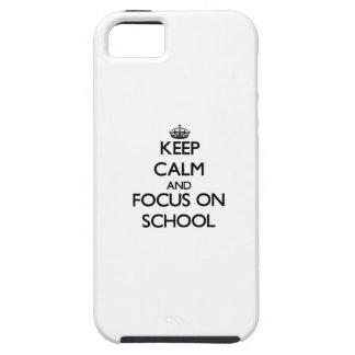 Guarde la calma y el foco en escuela iPhone 5 Case-Mate protectores