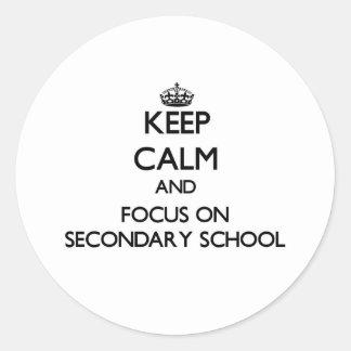 Guarde la calma y el foco en escuela secundaria pegatina redonda