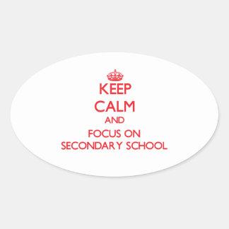 Guarde la calma y el foco en escuela secundaria pegatina ovalada