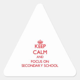 Guarde la calma y el foco en escuela secundaria pegatina triangular