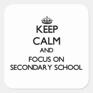Guarde la calma y el foco en escuela secundaria pegatina cuadrada