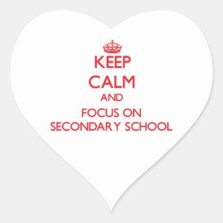 Guarde la calma y el foco en escuela secundaria pegatina en forma de corazón