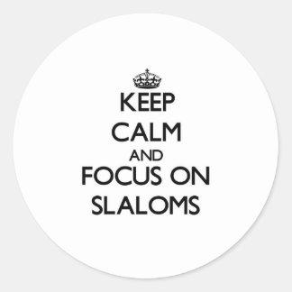 Guarde la calma y el foco en eslalomes etiquetas redondas