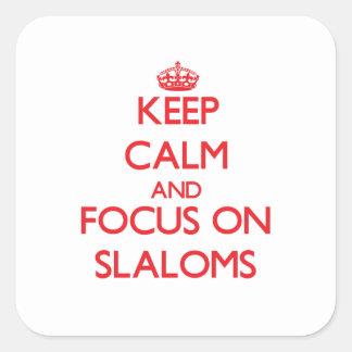 Guarde la calma y el foco en eslalomes calcomanía cuadradas personalizada