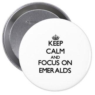 Guarde la calma y el foco en esmeraldas pin