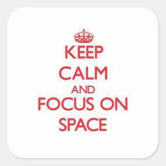 Guarde la calma y el foco en espacio pegatina cuadrada