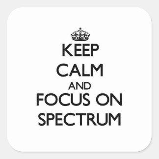 Guarde la calma y el foco en espectro pegatina cuadrada