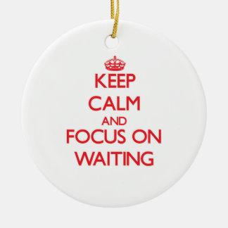 Guarde la calma y el foco en esperar ornamentos para reyes magos