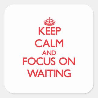 Guarde la calma y el foco en esperar calcomanías cuadradass personalizadas