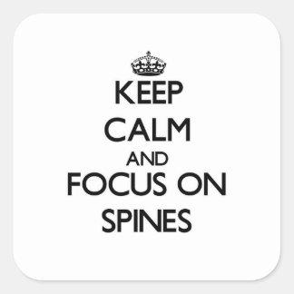 Guarde la calma y el foco en espinas dorsales pegatina cuadrada
