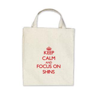 Guarde la calma y el foco en espinillas bolsas