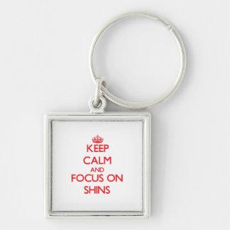 Guarde la calma y el foco en espinillas llavero personalizado