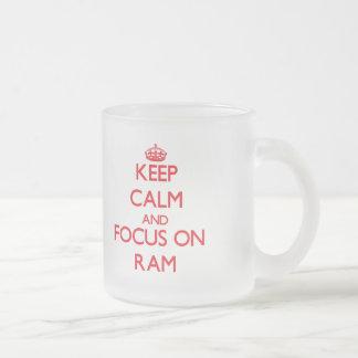 Guarde la calma y el foco en espolón taza de café
