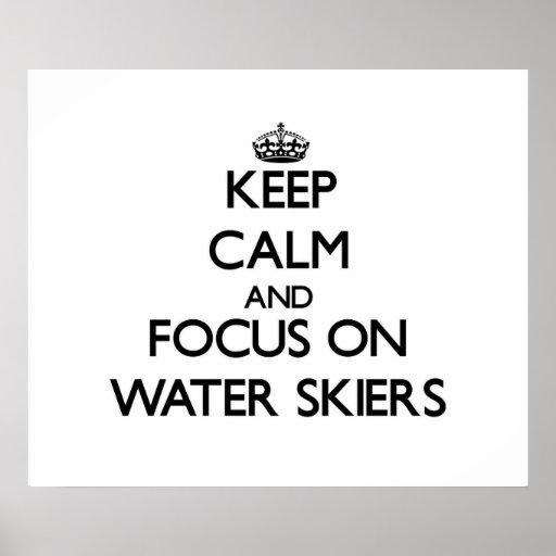 Guarde la calma y el foco en esquiadores del agua posters