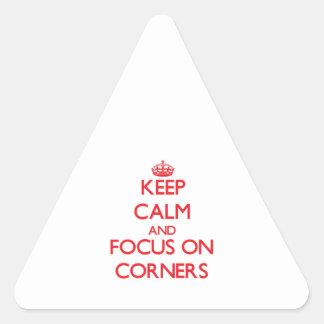 Guarde la calma y el foco en esquinas pegatina triangular