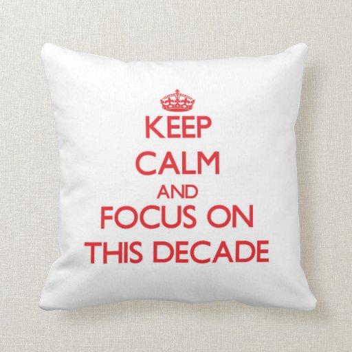 Guarde la calma y el foco en esta década almohadas