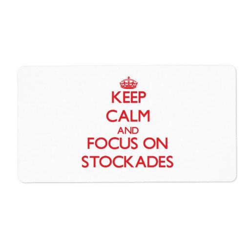 Guarde la calma y el foco en estacadas etiquetas de envío