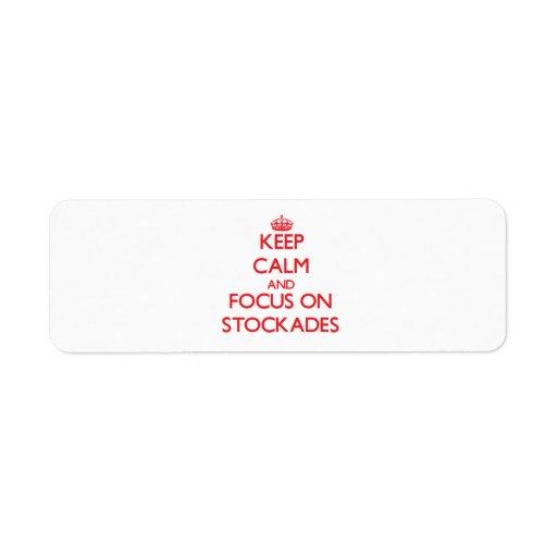 Guarde la calma y el foco en estacadas etiquetas de remite