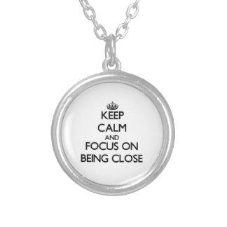 Guarde la calma y el foco en estar cercano colgantes personalizados