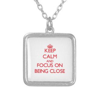 Guarde la calma y el foco en estar cercano pendientes personalizados