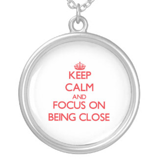 Guarde la calma y el foco en estar cercano pendiente personalizado