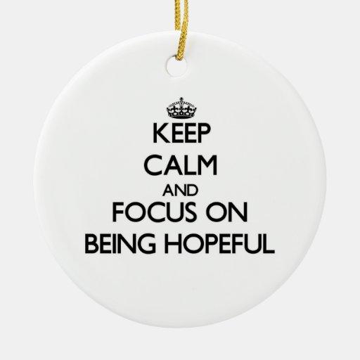 Guarde la calma y el foco en estar esperanzado ornamento para reyes magos