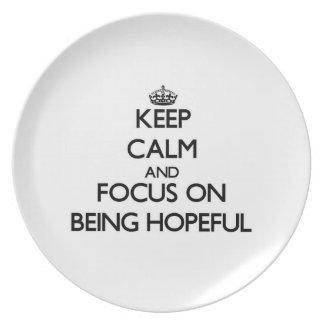 Guarde la calma y el foco en estar esperanzado plato
