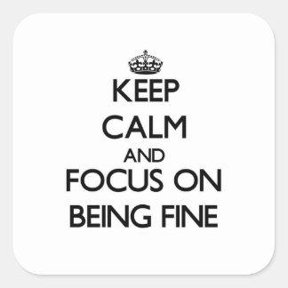 Guarde la calma y el foco en estar muy bien calcomanía cuadrada personalizada