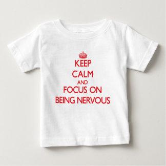 Guarde la calma y el foco en estar nervioso playera para bebé