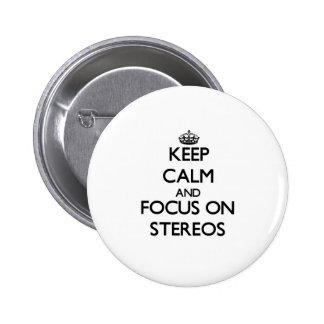 Guarde la calma y el foco en estéreos pins