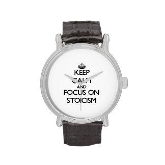 Guarde la calma y el foco en estoicismo reloj de mano