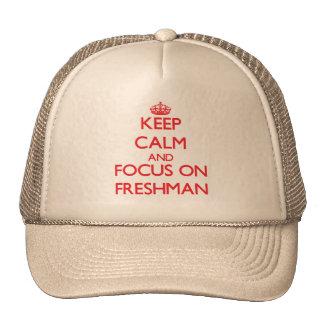 Guarde la calma y el foco en estudiante de primer gorros