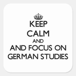 Guarde la calma y el foco en estudios alemanes calcomanías cuadradass