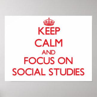 Guarde la calma y el foco en estudios sociales póster
