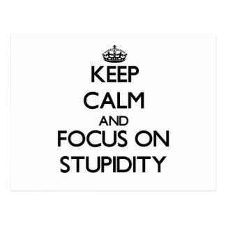 Guarde la calma y el foco en estupidez postal