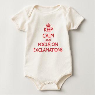 Guarde la calma y el foco en EXCLAMACIONES Trajes De Bebé