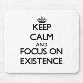 Guarde la calma y el foco en EXISTENCIA Tapetes De Ratón