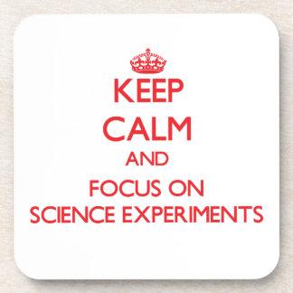 Guarde la calma y el foco en experimentos de la ci posavasos de bebida