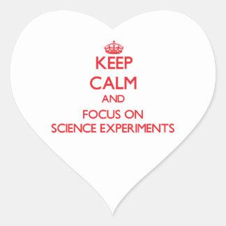 Guarde la calma y el foco en experimentos de la pegatinas de corazon