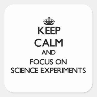 Guarde la calma y el foco en experimentos de la calcomanía cuadrada