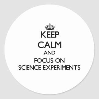 Guarde la calma y el foco en experimentos de la etiqueta redonda