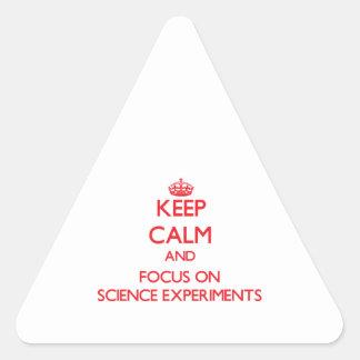 Guarde la calma y el foco en experimentos de la colcomanias de triangulo