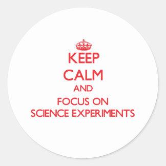 Guarde la calma y el foco en experimentos de la etiquetas redondas