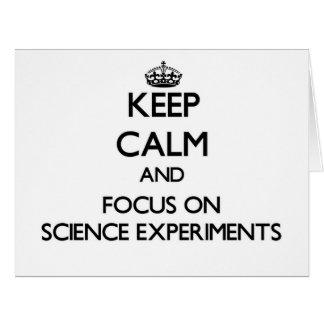 Guarde la calma y el foco en experimentos de la tarjeta de felicitación grande