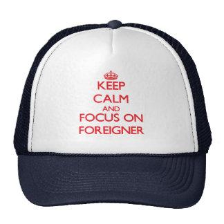 Guarde la calma y el foco en extranjero gorro de camionero
