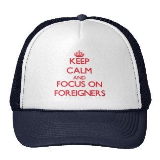 Guarde la calma y el foco en extranjeros gorros