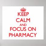 Guarde la calma y el foco en farmacia poster