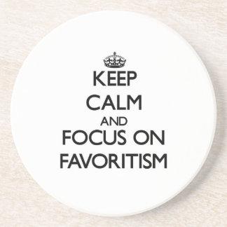 Guarde la calma y el foco en Favoritism Posavasos Personalizados