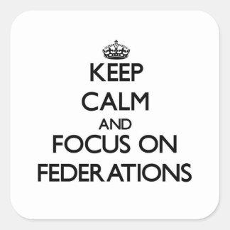 Guarde la calma y el foco en federaciones pegatina cuadrada