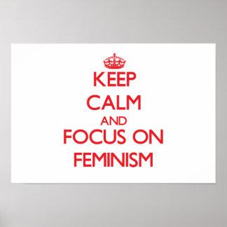 Guarde la calma y el foco en feminismo póster